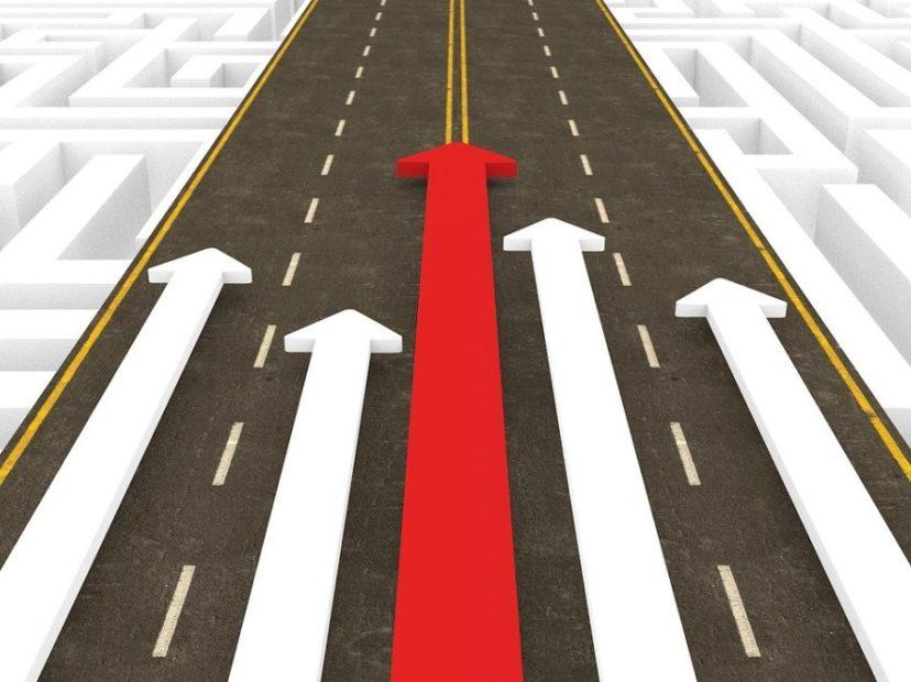 道の上を進む矢印