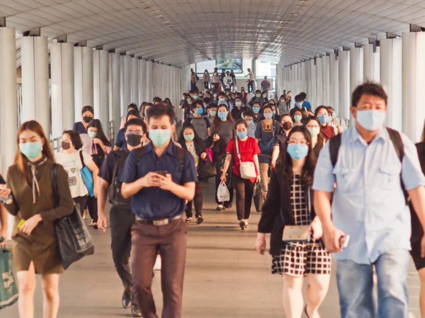 マスクをして歩く人々