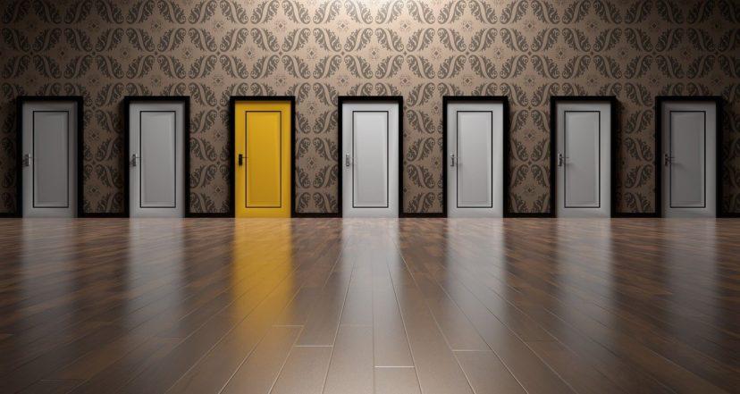 CRMシステム開発業者の選定時の多数ある選択肢イメージ