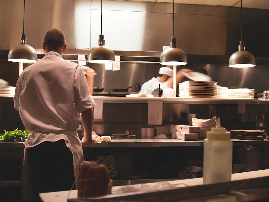 キッチンで働く男性スタッフ