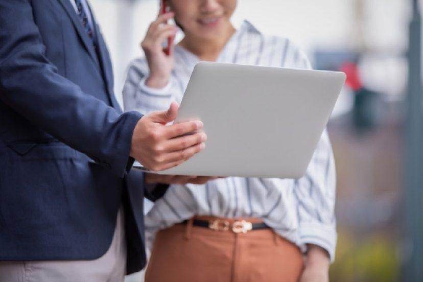 社内コミュニケーションにより円滑に業務をするスタッフたち