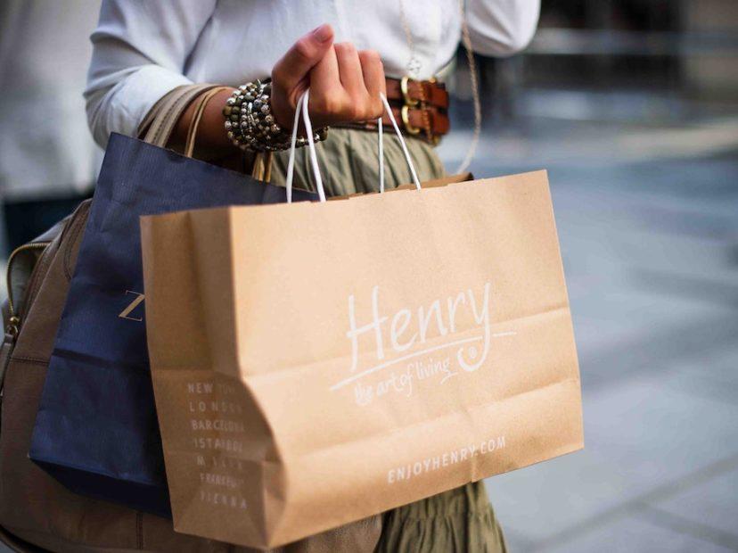 紙袋を持つ顧客女性