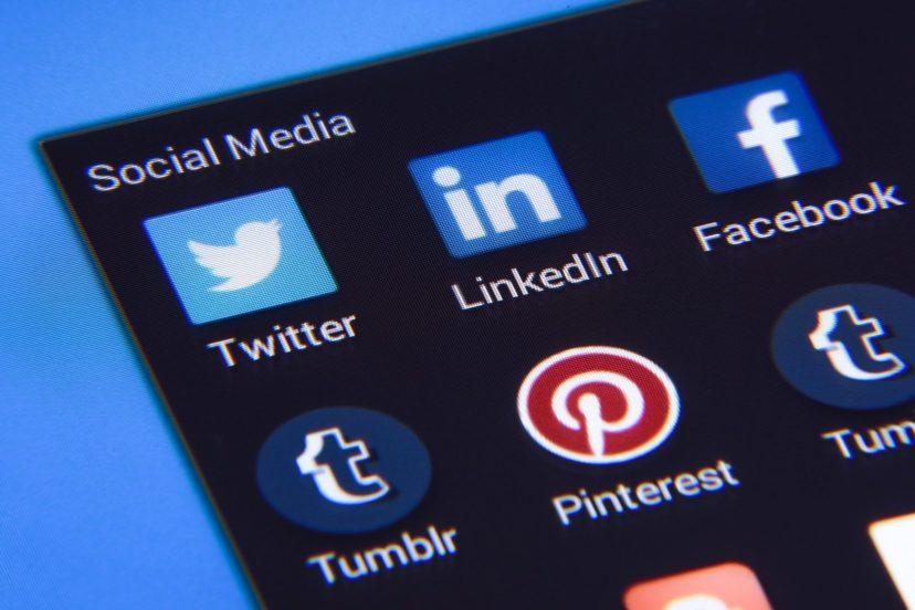 デバイス上に並ぶソーシャルメディアのアイコン一覧