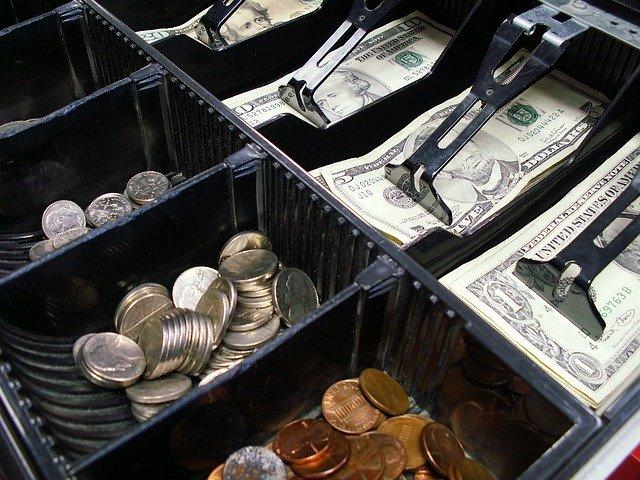 レジ内の多数の貨幣と紙幣