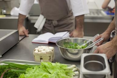 スキル管理により適切なポジションを割り振られた飲食店従業員