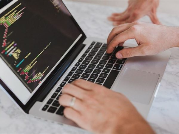 アプリ開発は事業の多角化にオススメ!開発言語や学習方法についてもご紹介! アイキャッチ画像